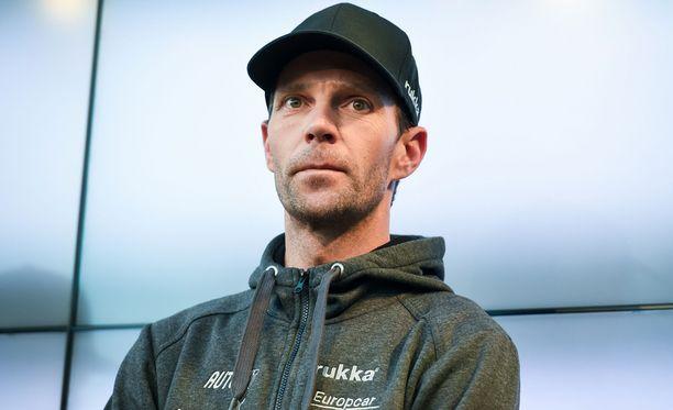 Hyppypukujen tekeminen työllistää Janne Ahosta hänen toivomallaan tavalla.