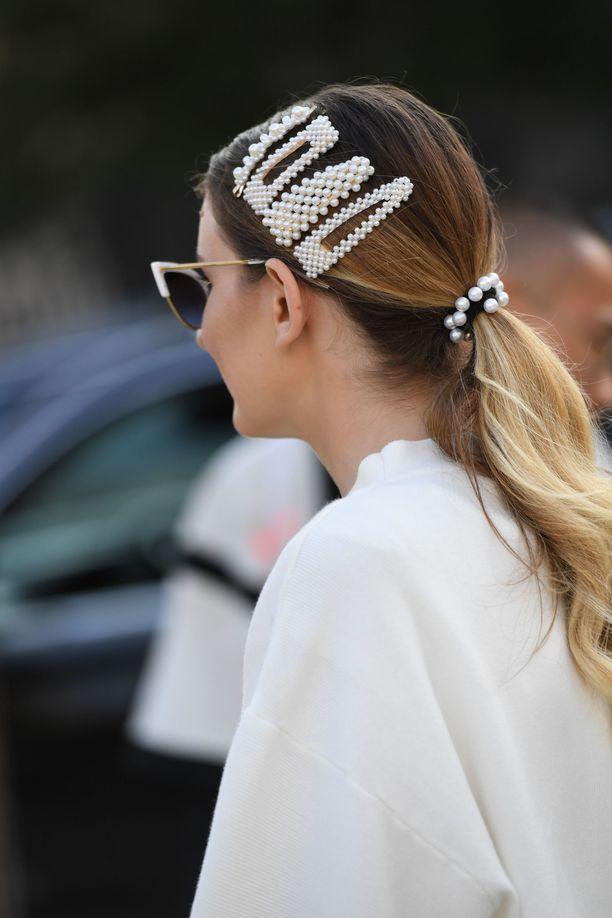 Helmet ovat hiussoljissa supersuosittuja, ja ne näyttävät ihanan ylellisiltä ja tyttömäisiltä. Simppelissä ponnarikampauksessa helmikorut eivät näytä turhan övereiltä.
