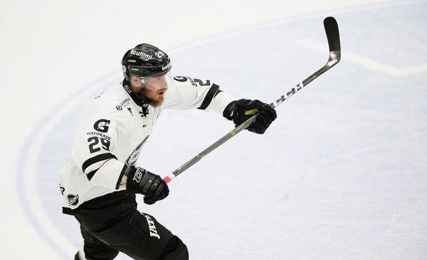 Jonne Virtanen osui voittolaukauskilpailussa.