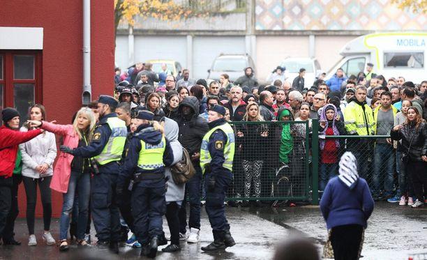 Naamioitunut mies hyökkäsi kouluun Trollhättanissa viime viikon torstaina.