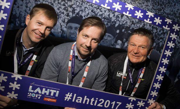 Hiihtoherrat Janne Leskinen (vas.), Jukka-Pekka Vuori ja Juha Viljamaa junailevat Lahden vuoden 2017 MM-hiihtoja.