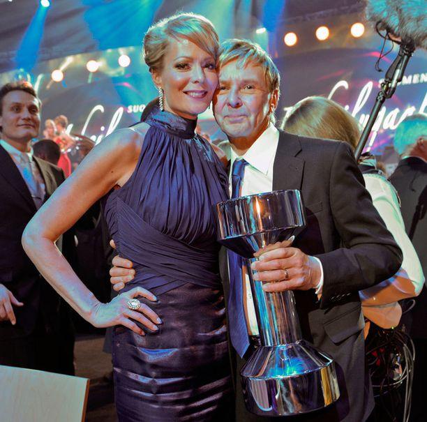 Susanna pyyhki kyyneleitään, kun Matti Nykänen vastaanotti palkintoaan.