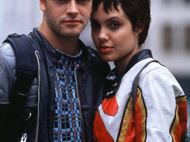 Vuonna 1995 Angelina näytteli Hakkerit-elokuvassa Jonny Lee Millerin kanssa.