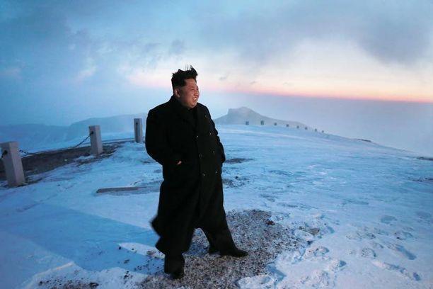 Kim Jong-un poseerasi vuorenhuipulla kevyissä vermeissä ja ilman pipoa.