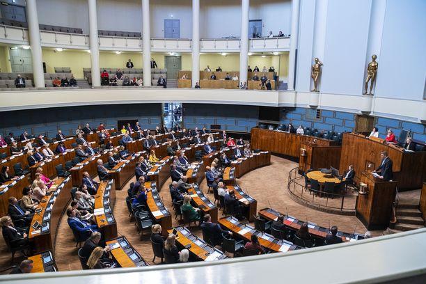 Eduskunnasta putosi kevään vaaleissa 48 kansanedustajaa.