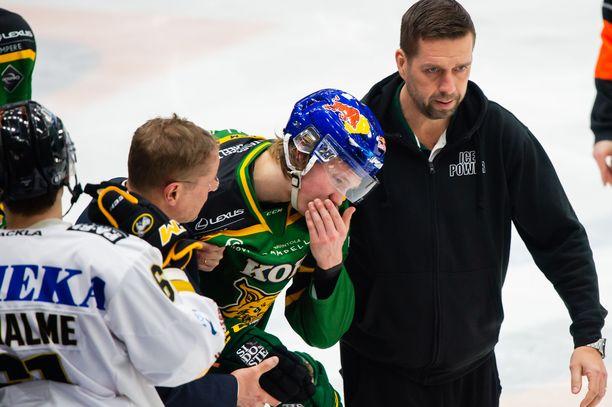 Oskari Laaksonen talutettiin jäältä.
