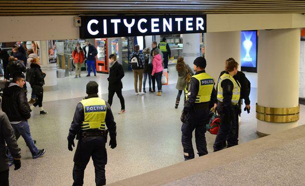 Poliisi lisäsi valvontaa Helsingin keskustassa viimeviikkoisen Tukholman-iskun jälkeen.