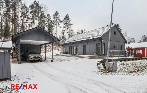 Tämä moderni puutalo on valmistunut vuonna 2015. Kokonaispinta-alaltaan 138 neliön koti sijaitsee Lahdessa.