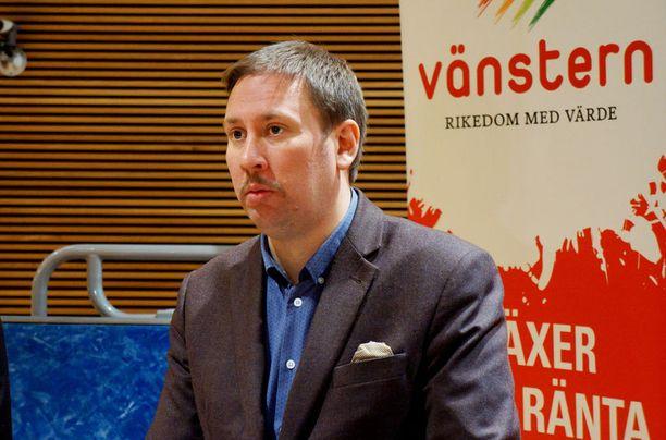 Kulttuuriministeri Paavo Arhinmäki (vas) ei ole vakuuttunut vielä Cheekin menestyksestä.