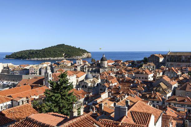 Dubrovnikin vanhakaupunki sekä taka-alalla näkyvä Lokrumin saari ovat kokemisen arvoisia paikkoja.