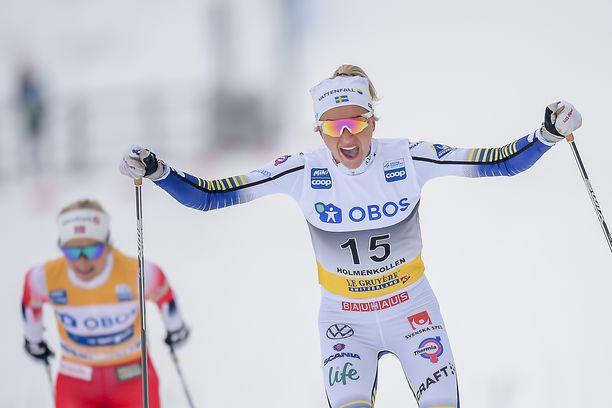 Frida Karlsson tuuletti ensimmäistä maailmancup-voittoaan. Therese Johaug pystynyt laittamaan ruotsalaiselle loppukirissä kampoihin.