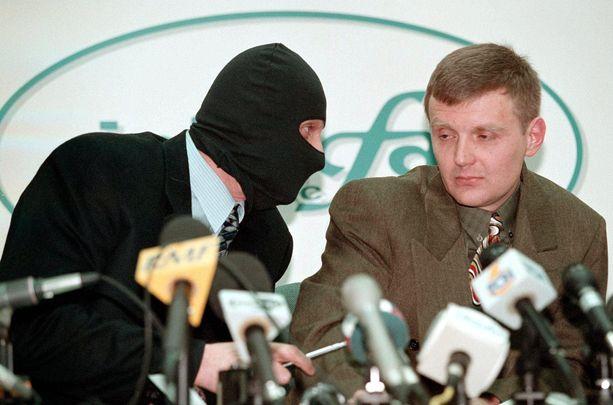 Aleksandr Litvinenko (oik.) ja muut Venäjän turvallisuuspalvelun agentit esiintyivät venäläisen uutistoimisto Interfaxin historiallisessa tiedotustilaisuudessa vuonna 1998 ja paljastivat venäläisille suorassa lähetyksessä kuuluvansa murharyhmään, jonka tehtävä oli murhata rikollispomojen lisäksi pettureiksi katsottuja ihmisiä. Vuonna 2006 Litvinenko tapettiin Lontoossa.