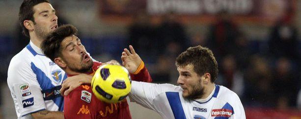 Perparim Hetemajin (oik.) kaikki otteet Roma-pelissä eivät olelet jalkapallojunioreiden silmile soveltuvia.