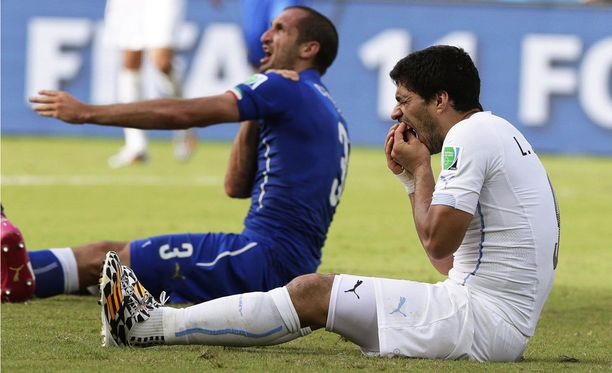 Giorgio Chiellini joutui Luis Suarezin puremaksi vajaa vuosi sitten.