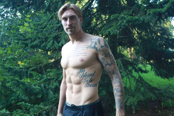 Teemu Penninkankaan ihoa koristavat hänen vakaumukseensa liittyvät tatuoinnit.