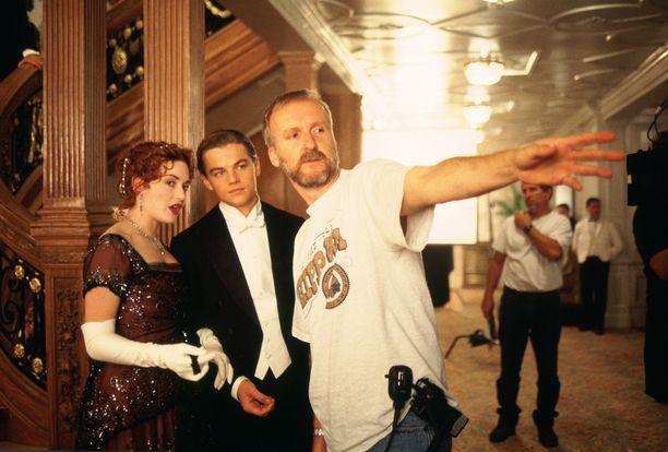 Titanicista julkaistiin 3D-versio vuonna 2012, jolloin laivan uppoamisesta tuli kuluneeksi 100 vuotta. Kuvassa elokuvan pääpari sekä ohjaaja-käsikirjoittaja James Cameron.