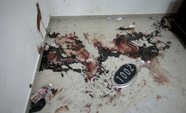 Reutersin mukaan sotilaat joutuivat käyttämään aseiden lisäksi kranaatteja. Viisi ihmistä sai surmansa kiinniotto-operaatiossa. He olivat huumekartellin jäseniä. Kuvassa näkyy asunnon lattialla verijälkiä.
