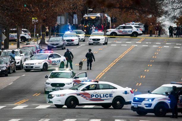 Katu täyttyi poliisiautoista pizzeriassa tapahtuneen välikohtauksen takia.