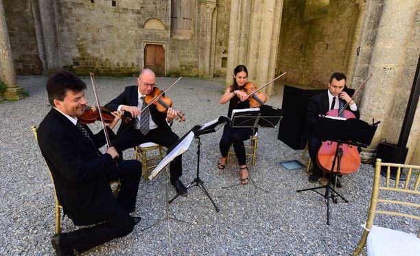 Hääjuhlan alkaessa kauniissa luostarissa kuultiin Hallelujah-kappale jousiorkesterin soittamana.