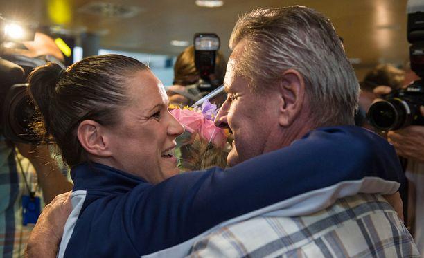 Isä Jouko Miettinen oli lentoasemalla ensimmäisten joukossa onnittelemassa tytärtään Mira Potkosta.