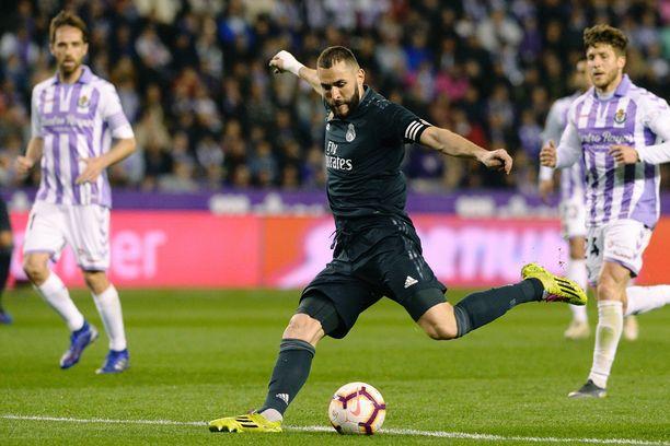 Karim Benzema (keskellä) upotti pallon verkkoon kahdesti ja ratkaisi Real Madridin voiton sunnuntaina.
