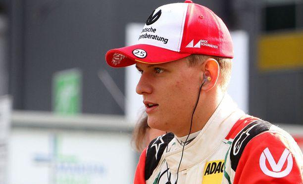 Mick Schumacher, 18, seuraa isänsä jalanjälkiä. Hän edustaa Prema Powerteamia Formula 3 -sarjassa.