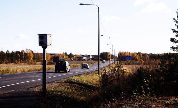 Perussuomalaisten kansanedustaja Kari Kulmala ehdottaa kameratolppien maalaamista huomiovärein.