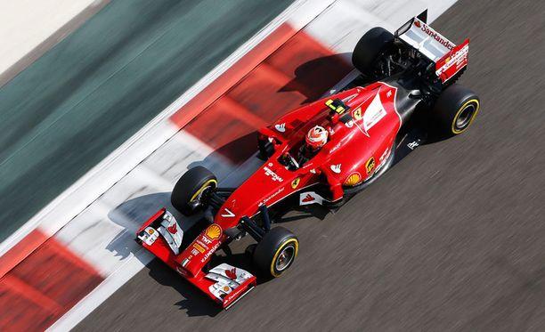 Kimi Räikkönen tuskaili Ferrarin keulan kanssa viime kaudella.