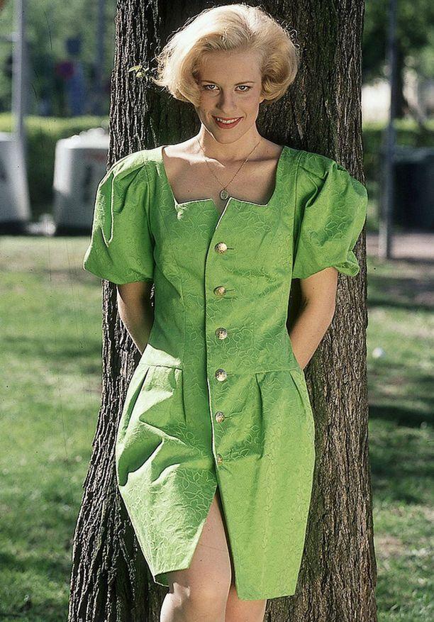 Lauran ensimmäinen single Muuttanut oot maailmain julkaistiin vuonna 1993. Tie tähtiin alkoi ryminällä ensimmäisen albumin julkaisun myötä vuonna 1994. Albumin soitetuin hitti on nimeltään Kerran.