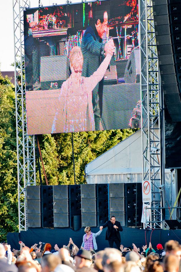 Marianne pääsi lavalle Paul Ankan kanssa.