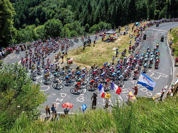 Peloton eli kilpailun pääjoukko Ranskan ympäriajon 10. etapilla.