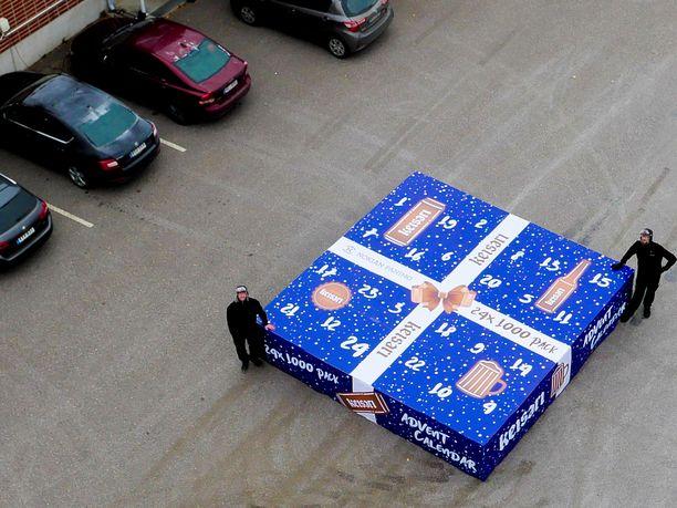 Panimotyöntekijät Miitri Jokitie ja Mika Kautonen esittelevät massiivista joulukalenteria.