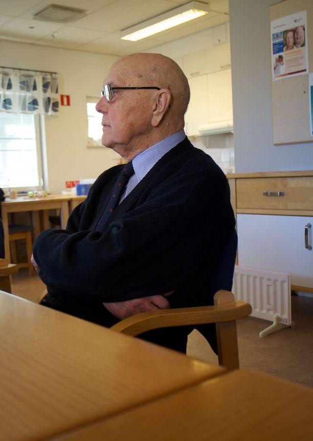 94-vuotias Arnold Håkansson kertoo kuulleensa monesti, että suomalaiset kulkevat puukko taskussaan.
