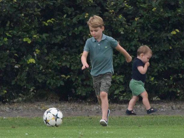 Prinssi George on jo 6-vuotias pikkumies. Taustalla prinssi Louis.