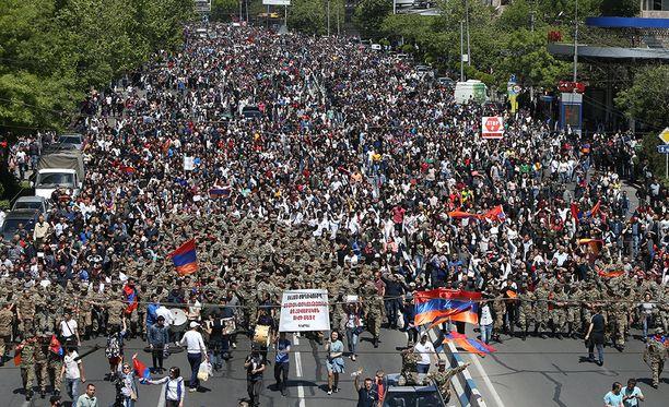 Pääkaupungissa Jerevanissa marssi satoja tuhansia ihmisiä.
