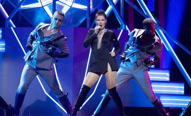 Saara Aalto laulaa lauantaina Euroviisujen finaalissa.