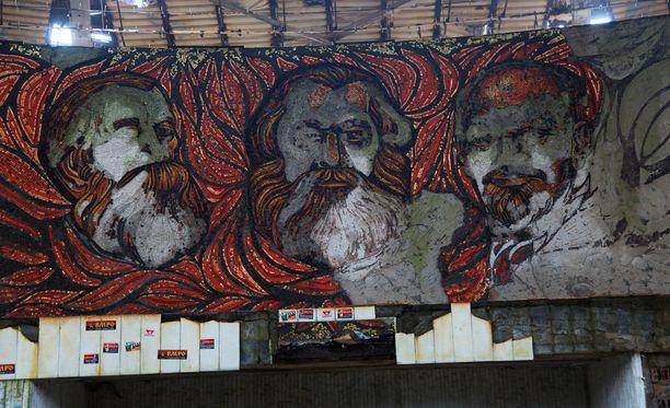 Kommunistijohtajien muotokuvat ovat vielä tunnistettavissa.