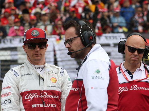 Kimi Räikkönen on avannut kauden kolmella pistesijalla. Kuvassa myös Räikkösen kisainsinööri Julien Simon-Chautemps (keskellä) sekä kuntovalmentaja Mark Arnall.