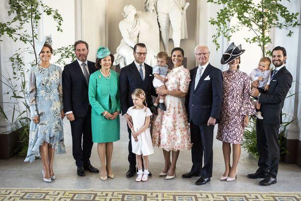 Kuninkaallinen perhe. Vasemmalta Madeleine, hänen puolisonsa Christopher O'Neill, kuningatar Silvia, prinssi Daniel, prinsessa Estelle, prinssi Oscar, Kruununprinsessa Victoria, kuningas Kaarle Kustaa, prinsessa Sofia, prinssi Alexander ja prinssi Carl Philip.