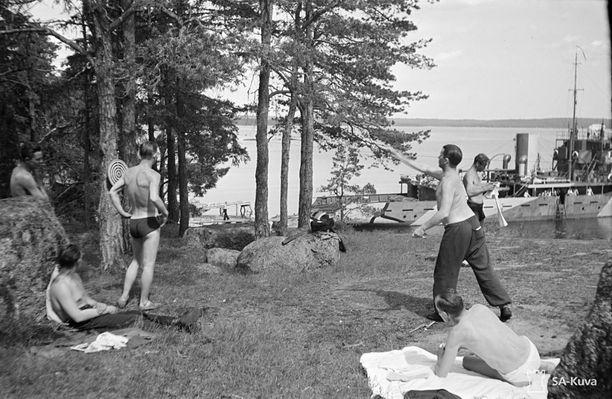 Miinalaivan Ruotsinsalmen miehistö heittämässä tikkaa juhannuksena 1942 Kuorsalossa.
