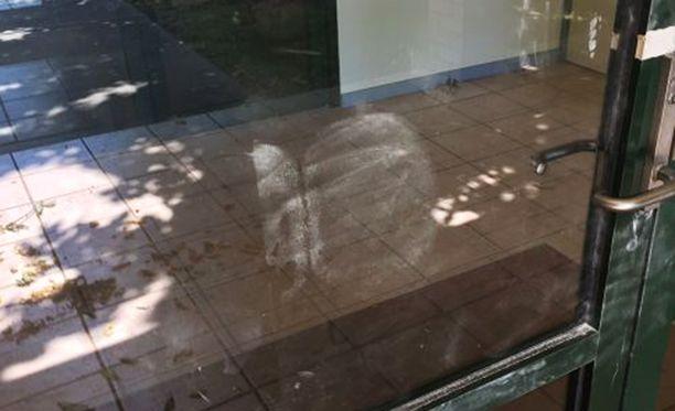 Lasioveen oli tallentunut paljaan takapuolen jälki. Sormenjälkiä ei löytynyt.