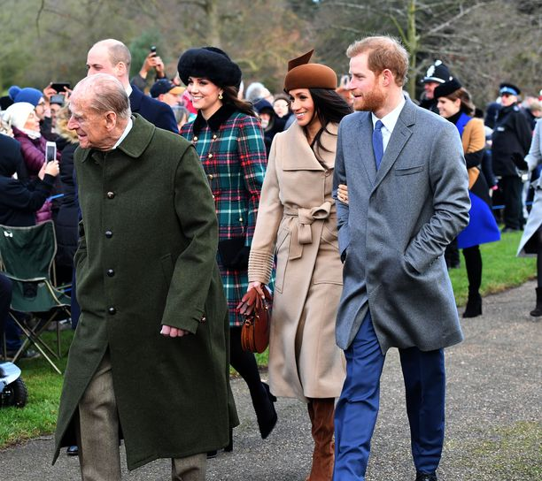 Prinssi Philip (etualalla), prinssi William, herttuatar Catherine, herttuatar Meghan ja prinssi Harry kuvattiin yhdessä jouluna 2017.