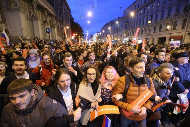 Oppositiojohtaja Aleksei Navalnyin koolle kutsumat protestit ovat todennäköisesti yksi suurimmista Putinin uskottavuuden horjuttajista. Kuva lokakuulta 2017 Pietarista.