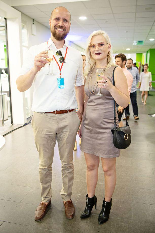 Vihreiden puheenjohtaja Touko Aalto, 34, ja hänen naisystävänsä Iris Flinkkilä, 24, kertoivat Porin Suomi-areenalla heinäkuussa, että yhteinen arki Helsingin Punavuoressa taittuu leppoisasti.