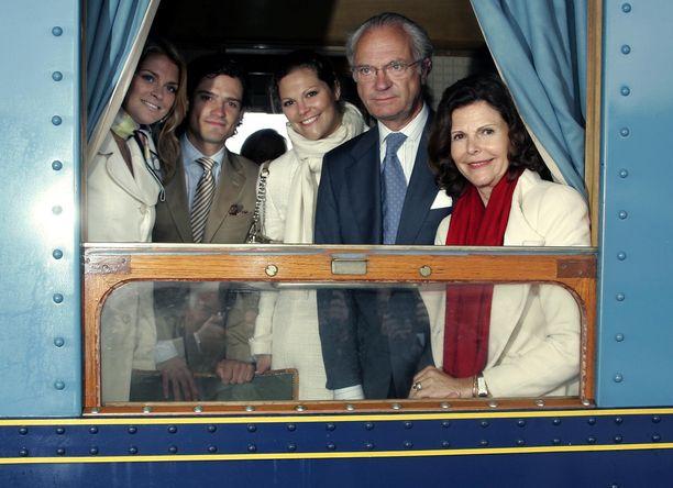 Kuninkaallinen perhe junamatkalla vuonna 2005.