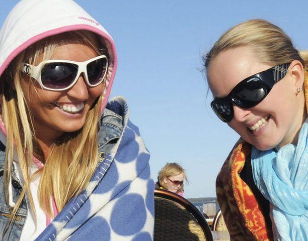 Tiina Tiitinen ja Kaisu Hukkamäki nauttivat toukokuisella terassilla auringosta.