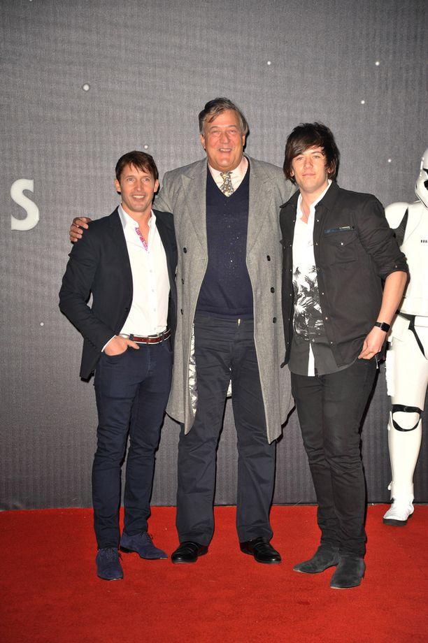 Muusikko James Blunt loikkasi Stephen Fryn kainaloon.