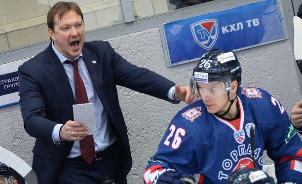 Peteris Skudra piiskaa Torpedoa kolmatta kautta. Kuva viime kaudelta. Etualalla Jarkko Immonen. Tällä kaudella Torpedossa ei ole suomalaisia.
