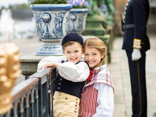 Prinsessa Estelle ja prinssi Oscar edustamiensa herttuakuntien kansallispuvuissa.