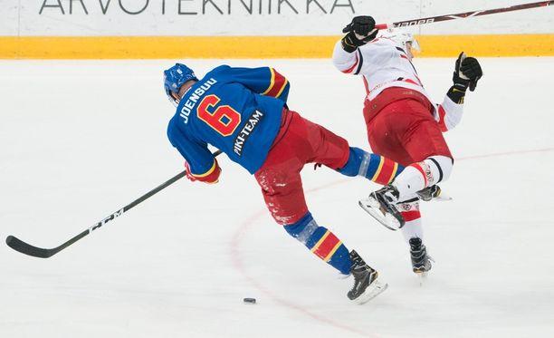 Jesse Joensuu loukkaantui tässä tilanteessa, kun hän jäi Nikolai Timashovin kovan taklauksen alle.